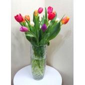Arreglo de Tulipanes en Florero de Cristal
