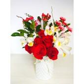 Florero cerámico con rosas y claveles