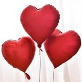 globos de corazones rojos cromados